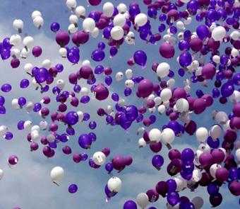 suelta-globos-morados-y-blancos
